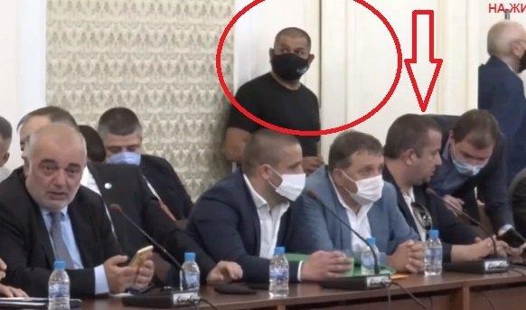Скандалният свидетел на Манолова си доведе мургави охранители (СНИМКИ)