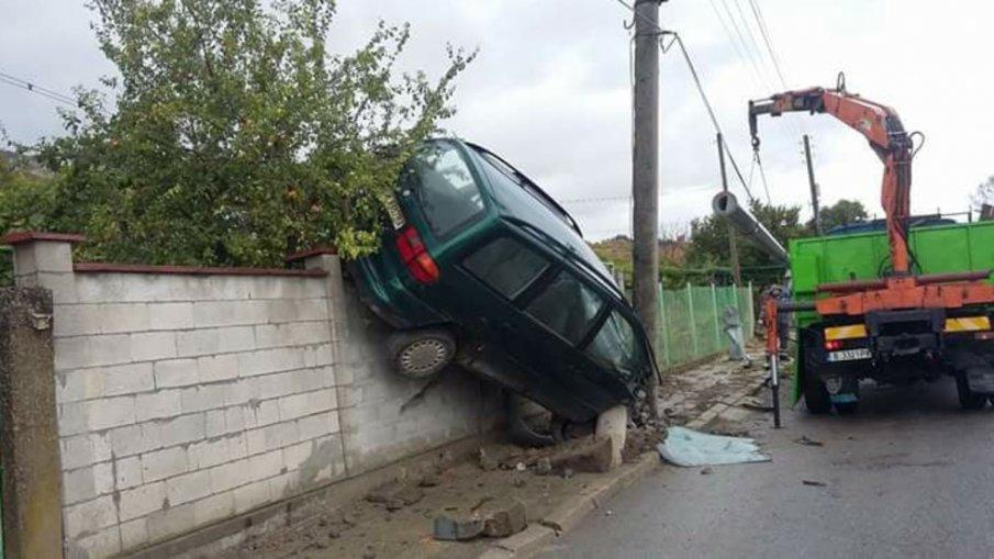 Кола падна върху ограда на селска къща