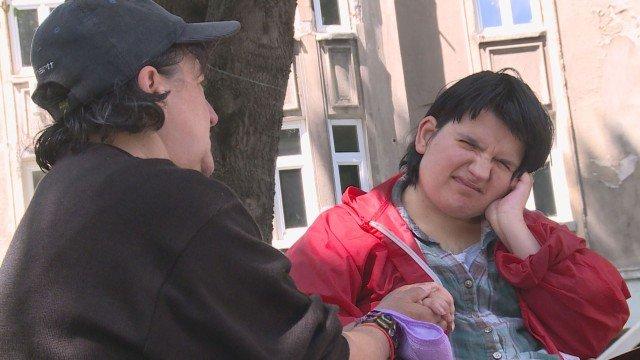 ЧОВЕЧНОСТ: Стотици добри хора осигуриха подслон на майка и болната й дъщеря