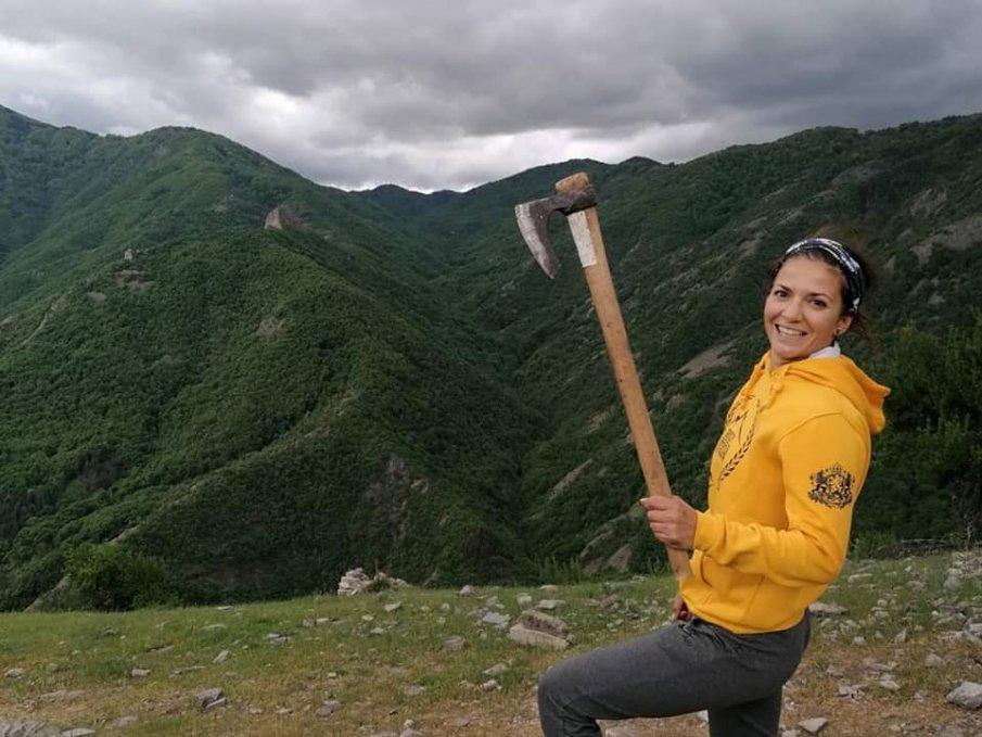 Хепи Ванче развъртя брадва от покрива на Родопите (СНИМКИ)