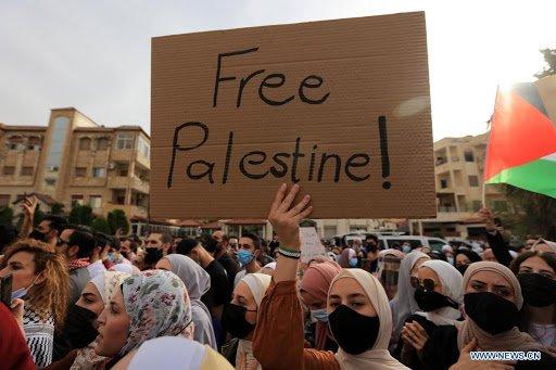 НАПРЕЖЕНИЕТО СЕ ПОКАЧВА: Хиляди демонстрираха в Аман срещу Израел