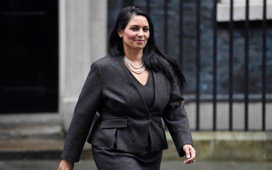 Обвиниха вътрешния министър на Великобритания в лобизъм за предпазни маски