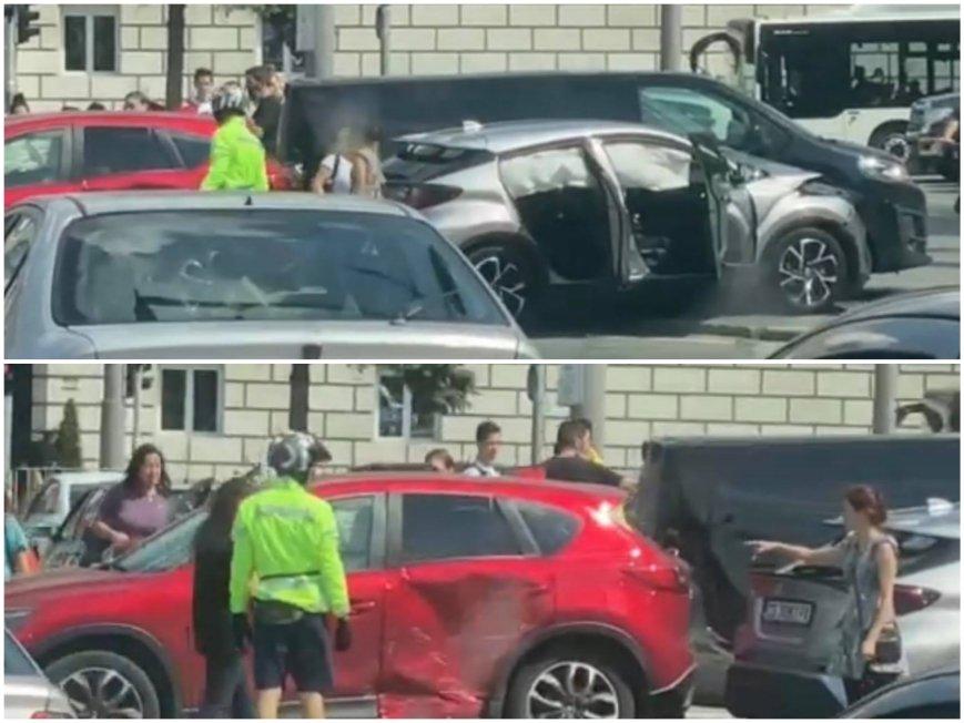 ПЪРВО В ПИК TV: Зверско меле в центъра на София - две коли се размазаха пред националния стадион (ВИДЕО/СНИМКИ)