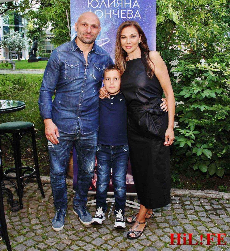 ПРЕМИЕРА: Стъки и столичният елит аплодират първия роман на Юлияна Дончева (СНИМКИ)