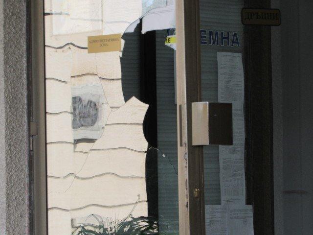 Обезумял мъж размахва нож в центъра на Русе - счупи стъкло и в полицията