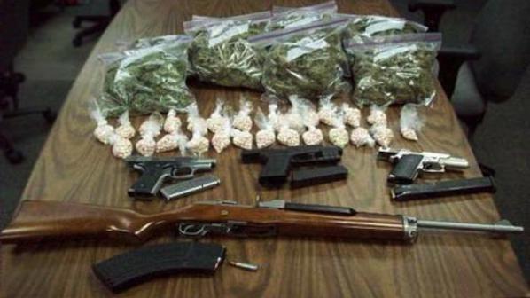 Задържаха мъж от Нови Искър с наркотици и оръжие