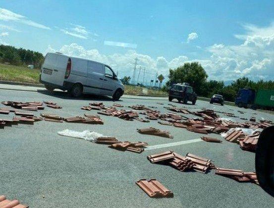 Разпилени керемиди затрудняват движението по Околовръстното на Пловдив