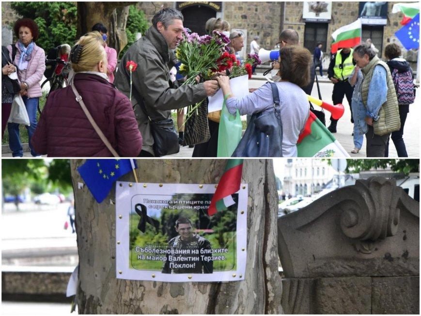 ГОРЕЩО В ПИК TV: Граждани на пореден протест срещу Румен Радев - недоволните отдадоха почит на загиналия пилот майор Терзиев (СНИМКИ)