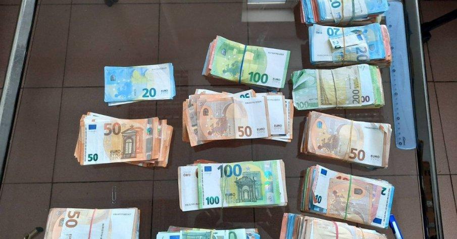 Откриха 100 000 евро в тир с шоколади на Дунав мост