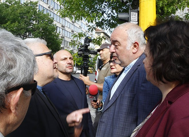 Вижте как Бабикян бяга от Стъки и Недялко Недялков, които го питат за Информиран-нет. С фалшиви новини взехте властта! (УНИКАЛНО ВИДЕО)