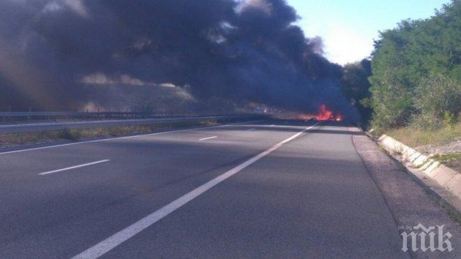 ИЗВЪНРЕДНО: Тир пламна на магистралата край Нови хан