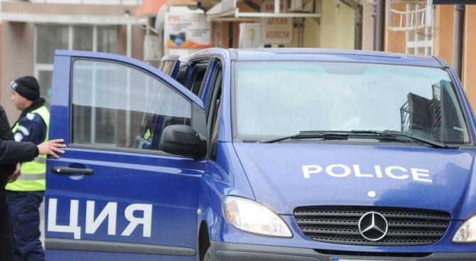АКЦИЯ В СТРАЖИЦА: Проверени са 3 адреса, 135 автомобила и 144 граждани