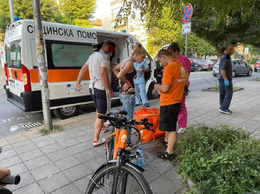 СБЛЪСЪК В БУРГАС: Такси отнесе куриер, разносващ храна (ВИДЕО/СНИМКИ)