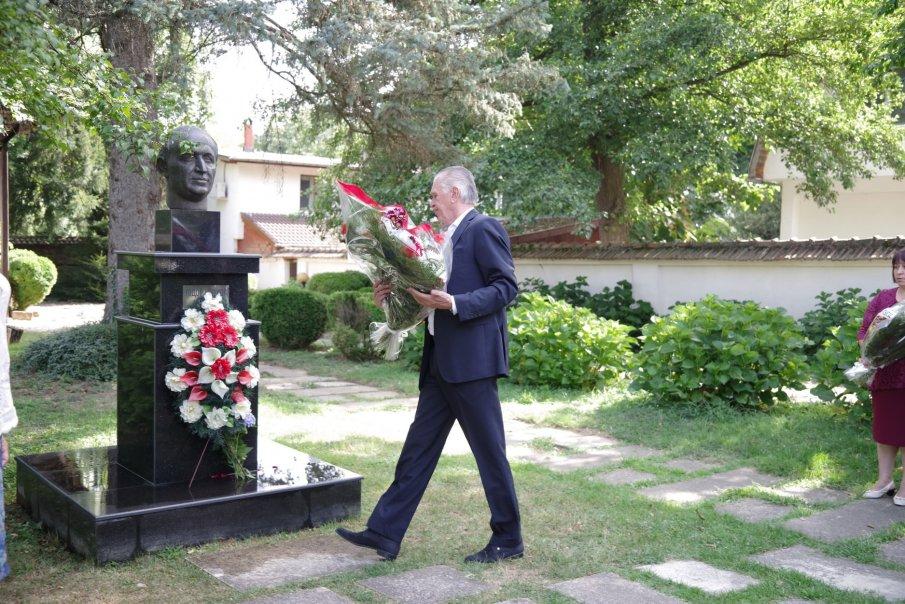 Наследниците на Тато не отидоха на помена му!Кметът на Правец и шепа граждани почетоха 23-ата годишнина от смъртта на Живков(Снимки)
