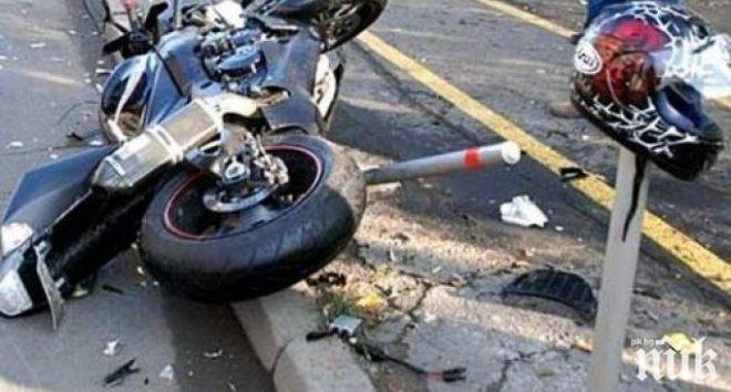 Рокер се разби в кола, моторът му се запали, той загина