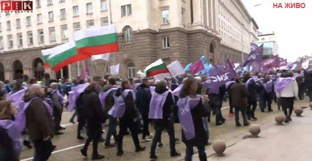 ПИК TV! ГРАДУСЪТ СЕ ВДИГА: Жълтите павета почерняха от протестиращи миньори, Стъки в челните редици на шествието. Радев и министрите му се крият (ВИДЕО)