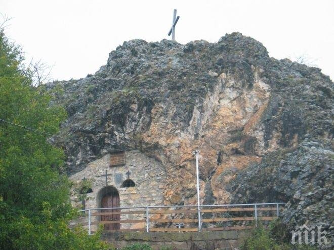 Уникален скален храм над Трън върши чудеса (СНИМКИ)