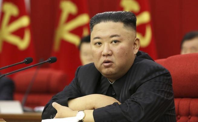 ЛАЙФСТАЙЛ: Ким Чен-ун втрещи партията и народа със стил - барна се в официален костюм по сандали (ВИДЕО)