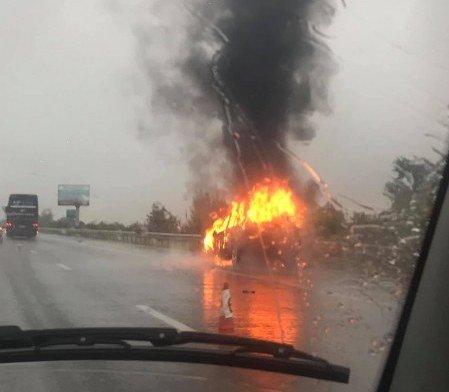 ИЗВЪНРЕДНА СИТУАЦИЯ: Кола се запали на магистрала Тракия (ВИДЕО)