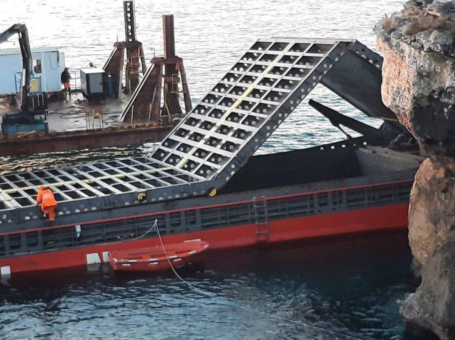 Пореден опит за освобождаване на заседналия кораб край Камен бряг.