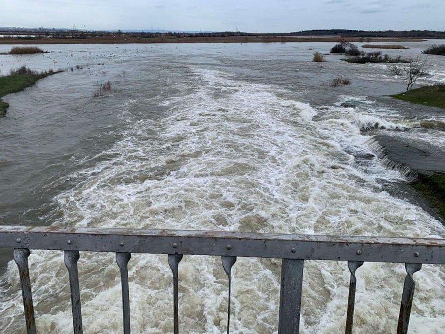Язовир в Бургаско повиши нивото си, затвориха път между села (ВИДЕО)
