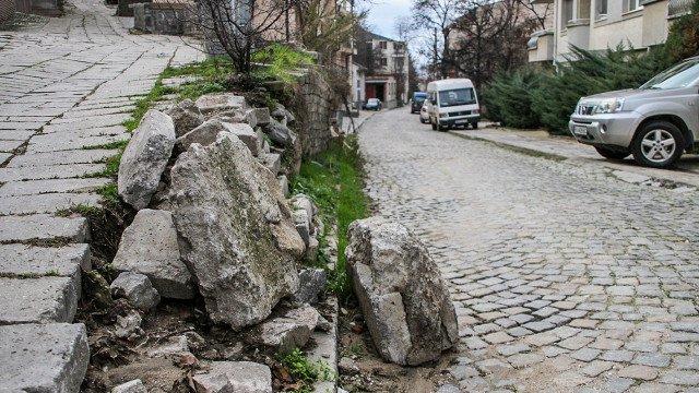 НА КОСЪМ: Рухна подпорна стена на Бунарджика в Пловдив (СНИМКИ)
