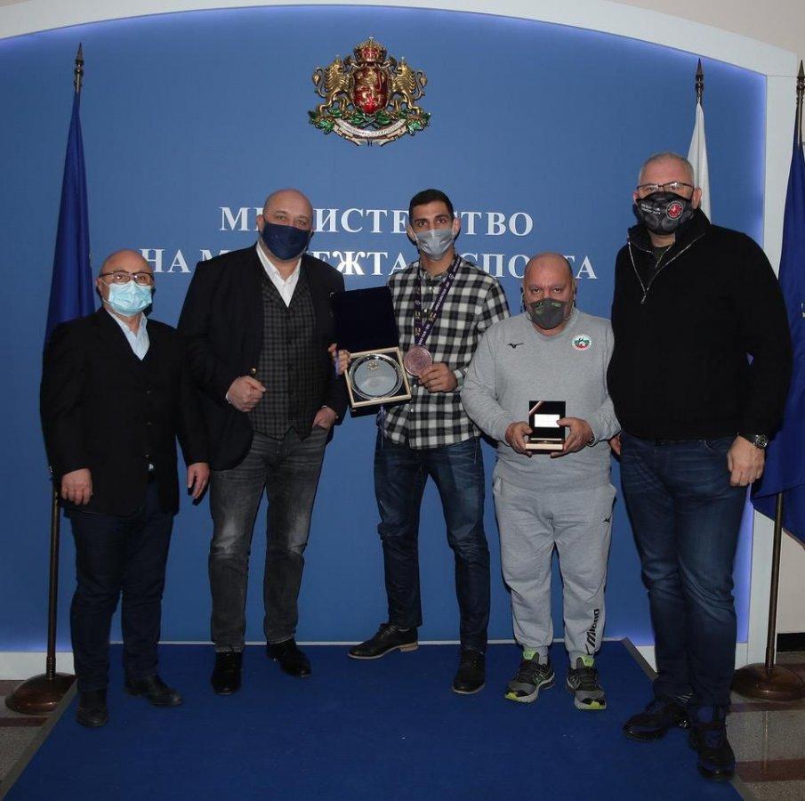 Министър Кралев награди Ивайло Иванов за бронзовия медал на мастърса в Доха