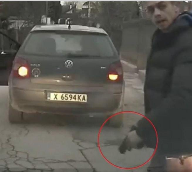 ЕКШЪН В ЕВКСИНОГРАД: Мъж заплаши с пистолет две момчета, шофирали зад него