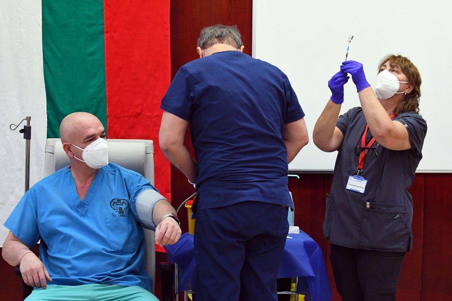 ПЪРВО В ПИК TV: Ген. Мутафчийски и медиците във ВМА получиха втора ваксина срещу COVID-19 (ВИДЕО/ОБНОВЕНА)
