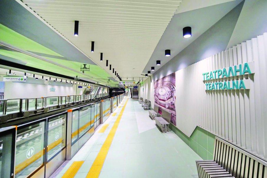Спря метрото между две станции, извозват пътниците с автобуси
