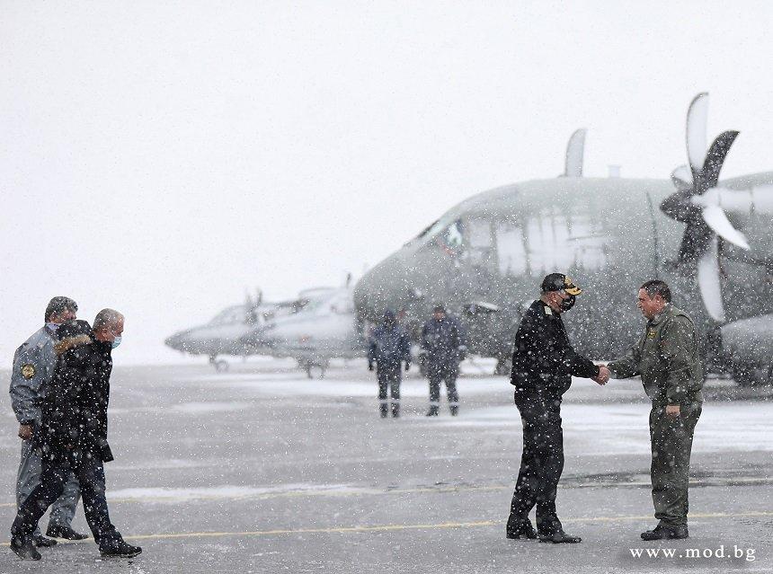 Началниците на отбраната на България и Северна Македония отпътуваха от София за заседанието на Военния комитет на НАТО в Брюксел (СНИМКИ)