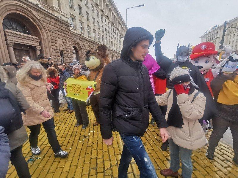 Протестът на ресторантьорите блокира Цар Освободител - 150 души искат отваряне на заведения и детски кътове (СНИМКИ)