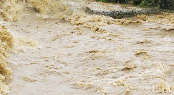 Силни бури нанесоха сериозни щети и причиниха затруднения в трафика