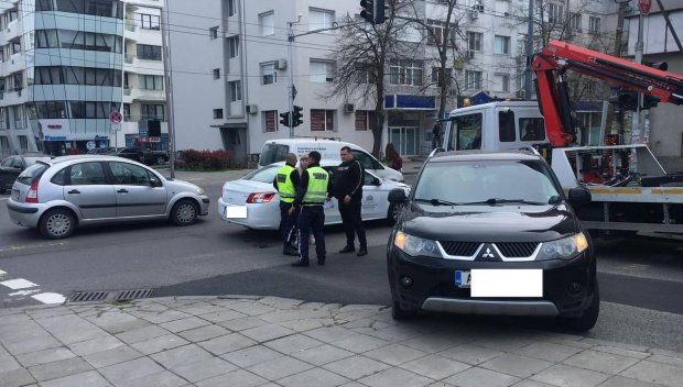 ОТ ПОСЛЕДНИТЕ МИНУТИ: Пежо и мицубиши се разбиха на кръстовище в Бургас