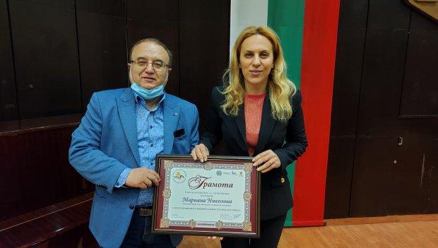 Марияна Николова с плакет от Варненска туристическа камара и грамота от Българската хотелиерска и ресторантьорска асоциация (СНИМКИ)