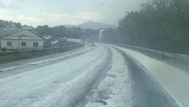 Пътят Хасково - Черноочене побеля заради силна градушка (ВИДЕО)