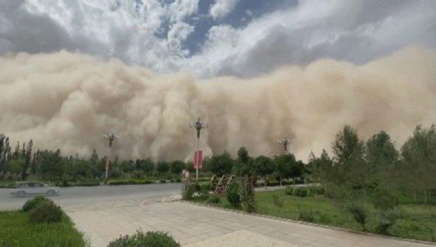 """УНИКАЛНО: Пясъчна буря """"погълна"""" град в Китай за минути (ВИДЕО)"""