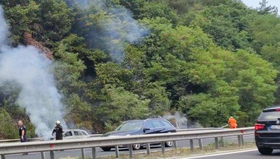 Кола пламна при тунела Траянови врата на АМ Тракия