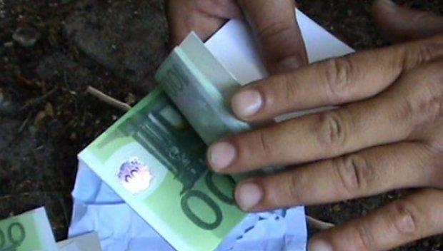 Закопчаха двама чужденци, опитали да подкупят пътен полицай с 30 евро