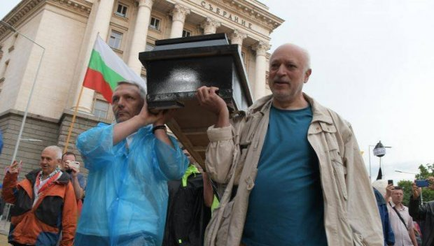 Подлецът Минеков само изписва вежди на Борисов