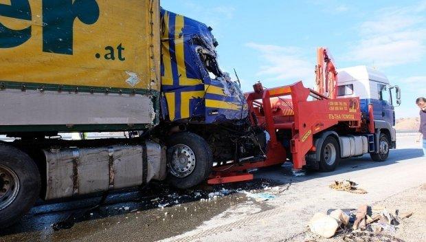 ЗРЕЛИЩЕН СБЛЪСЪК: Камион с мандарини се заби в товарен автомобил с масло (СНИМКИ)