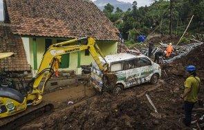 петима загинали безследно изчезнали заради свлачище златна мина индонезия