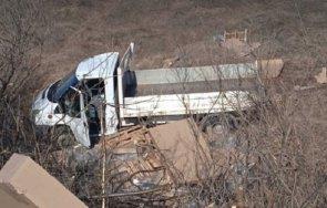 Камион излетя в канавка, за да избегне катастрофа
