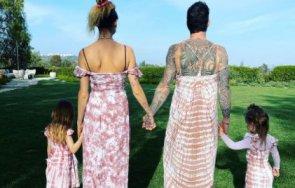 адам лавин облече рокля снима дъщеричките