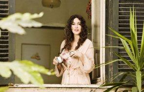 Моника Белучи на прозорец