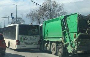 ОТ ПОСЛЕДНИТЕ МИНУТИ: Автобус и боклукчийски камион се натресоха в Пловдив