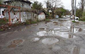 ПЪЛЕН АБСУРД: Улица без асфалт е Зелена зона (СНИМКИ)