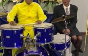 канада поставиха тялото мъртъв музикант барабани погребението видео