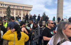 екшън центъра бургас заради гей парада стотици замерват двайсетина различни краставици яйца пазят жандармеристи