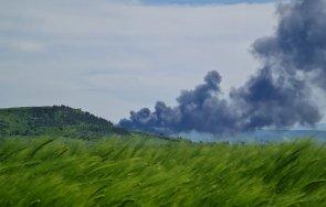 Черни облаци се стелят над Девня - пламна депо за стари гуми и найлони (СНИМКИ)